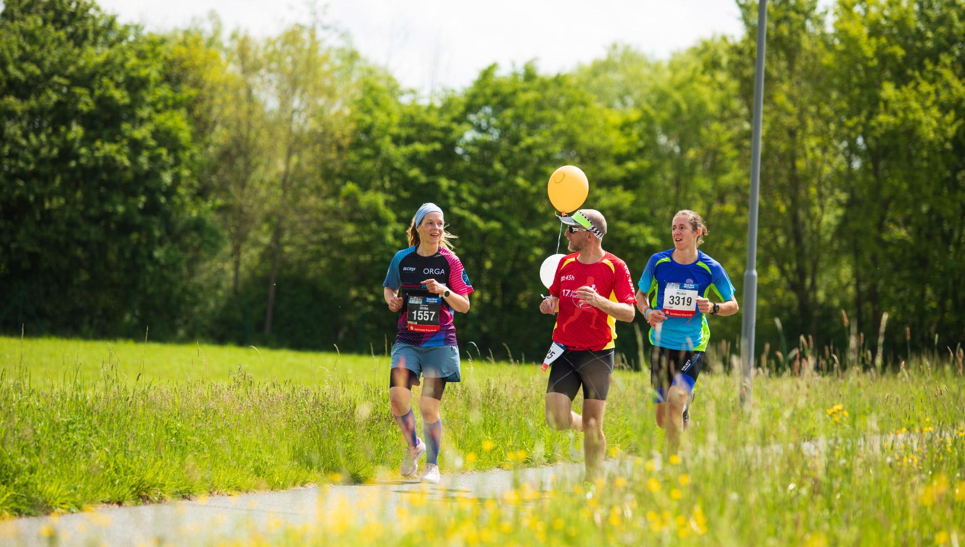 Drei Läufer an einem sonnigen Tag