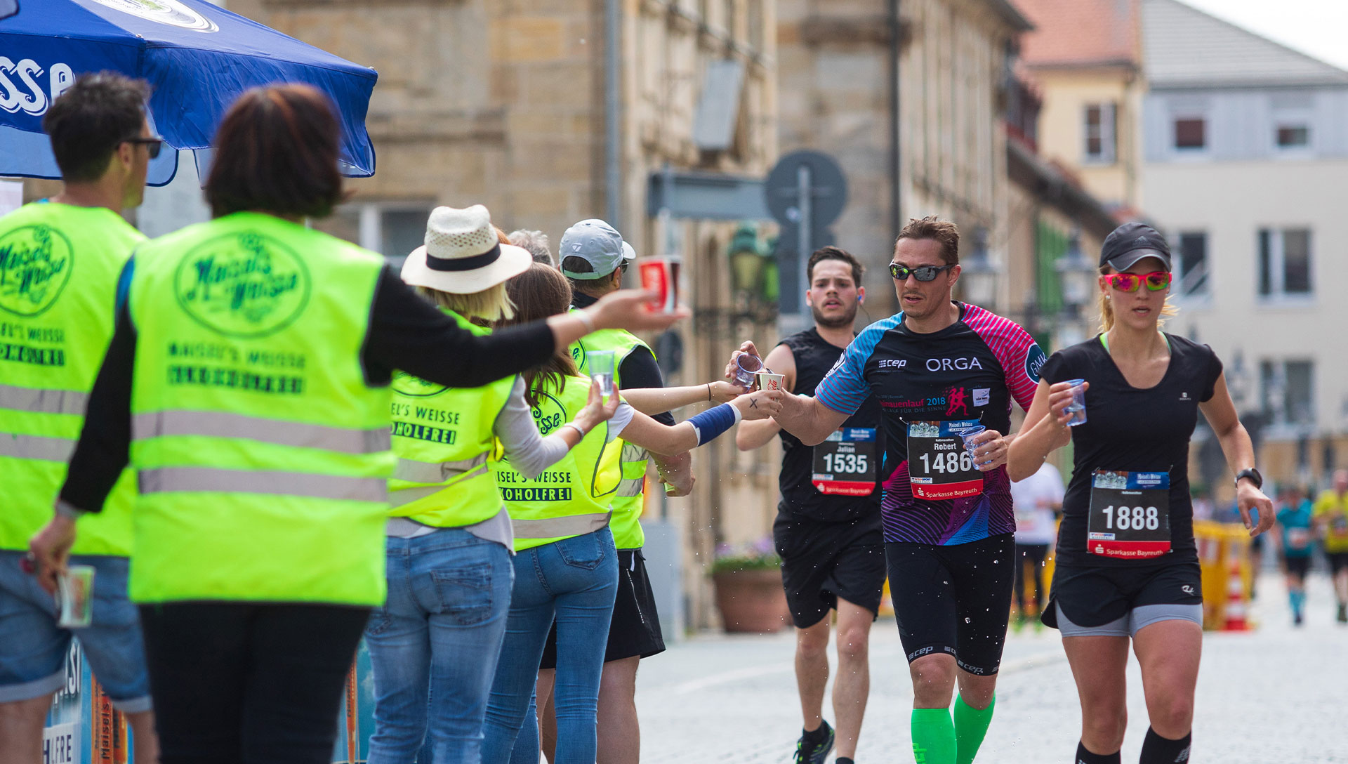 Läufer beim Maisels FunRun und die helfenden Hände der Volunteers