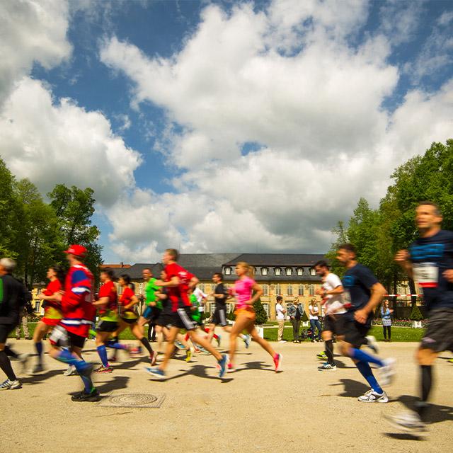 Viele Läufer beim Maisels FunRun 2015 vorbei am alten Schloss