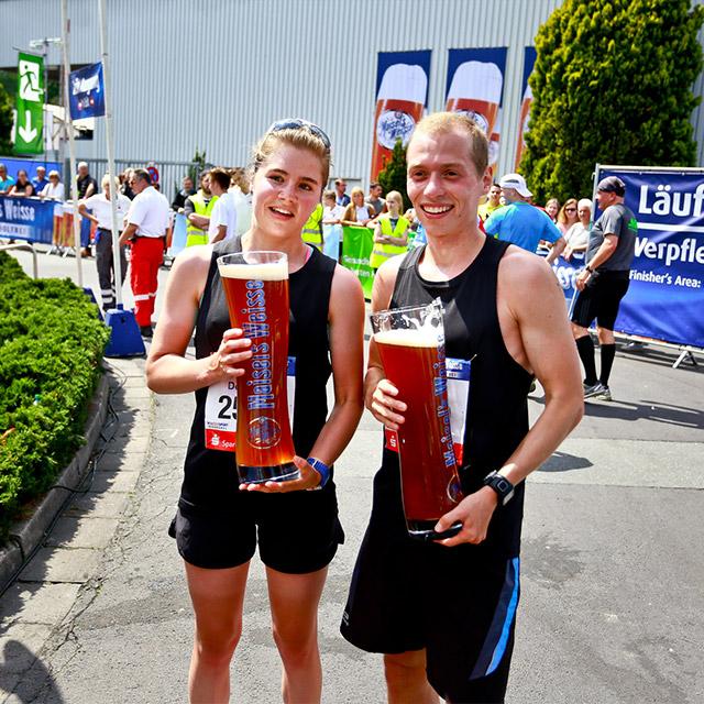 Zwei Läufer mit riesigen Bierkrügen von Maisel's Weisse